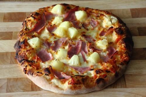 Ein Stück Sommer oder in diesem Falle eine ganze Pizza voll Sommer: Die Pizza Hawaii ist dank Ananas frisch und leicht süßlich und damit perfekt für heiße Temperaturen geeignet.