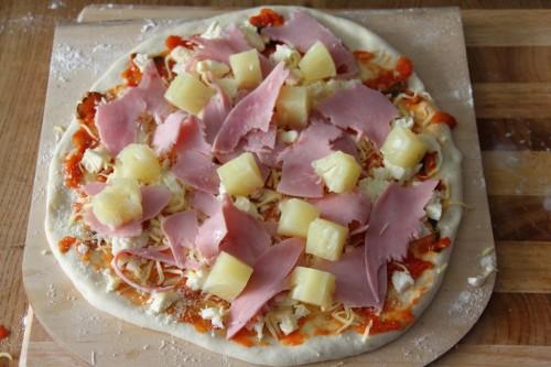So sollte in etwa eure Pizza Hawaii aussehen, bevor Sie in den Ofen geht. Deutlich zu sehen sind die Hauptbestandteile Schinken und Ananas