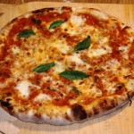 Pizza Margherita mit Mozarella, Tomatensoße und Basilikum