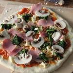 Pizza Prosciutto Spinaci e Funghi – Pizza Spinat Schinken und Pilze