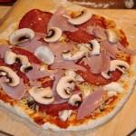 Pizza Speciale – Pizza mit Schinken, Salami und Pilzen