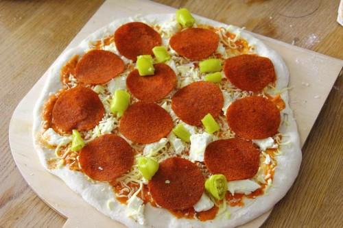 Pizza Pepperoni mit Pepperoniwurst und grünen Chilis